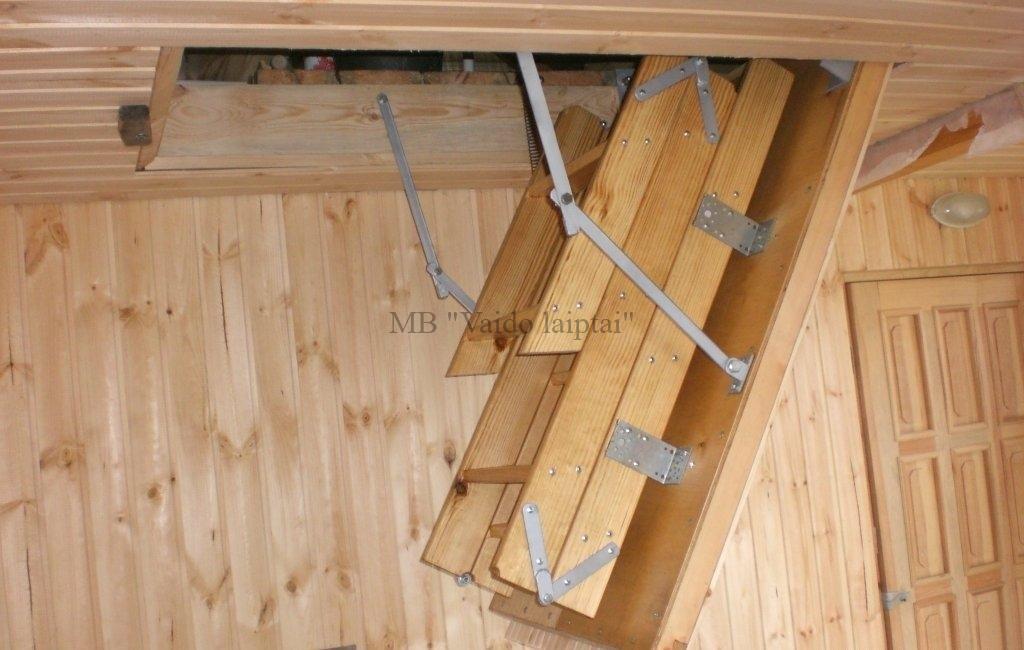 Mediniai laiptai į rūsį ar į palėpę