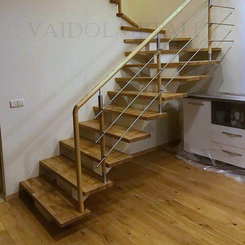 Laiptai su azuolinemis laiptu pakopomis