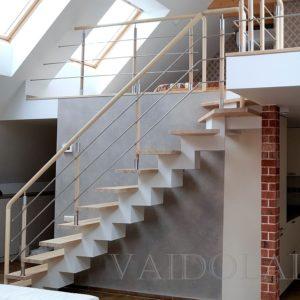 Laiptai su mediniais statramsciais