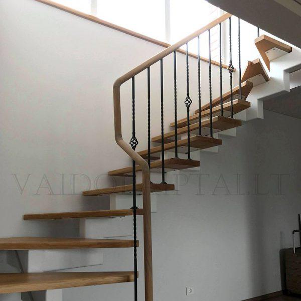 Laiptai su metaliniais strypais
