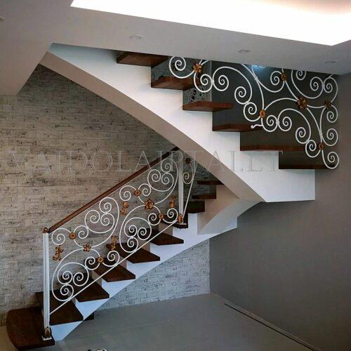 Laiptai su puoštais metaliniais turėklais