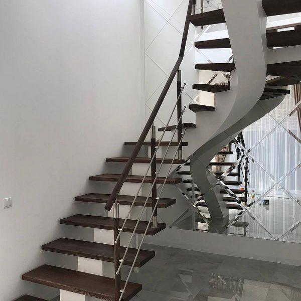Laiptai su puoštais metalu turėklais