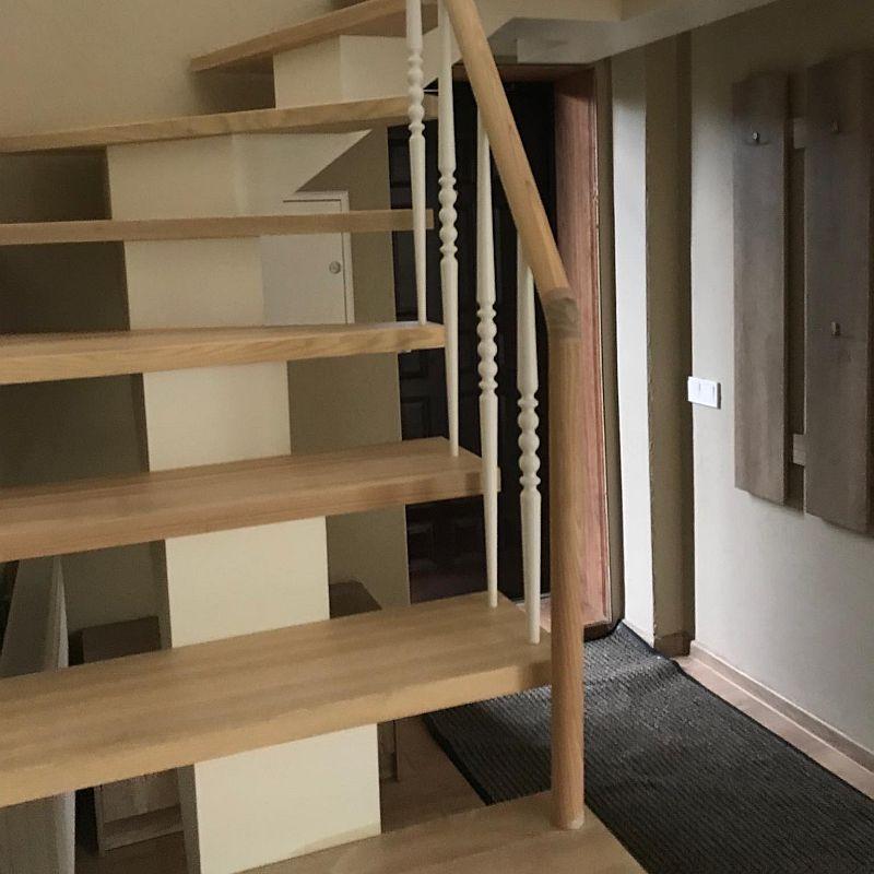 Laiptai su tekintais mediniais statramsčiais
