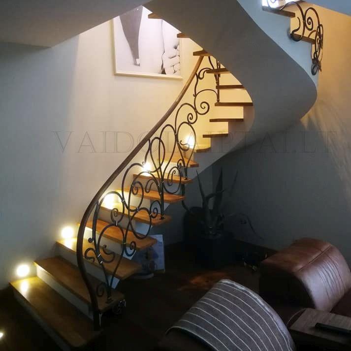Sukti laiptai su kalvio darbo turėklais